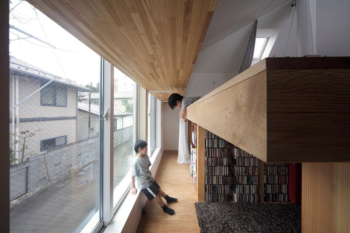 建物の跳ね出し部分、サブリビングの床下に設けた子ども室。将来的にサブリビングを含めて2部屋に仕切る想定のつくりにしている
