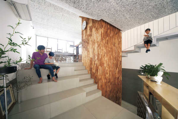 多層フロアをエレベーターがつなぐ都市型二世帯住宅