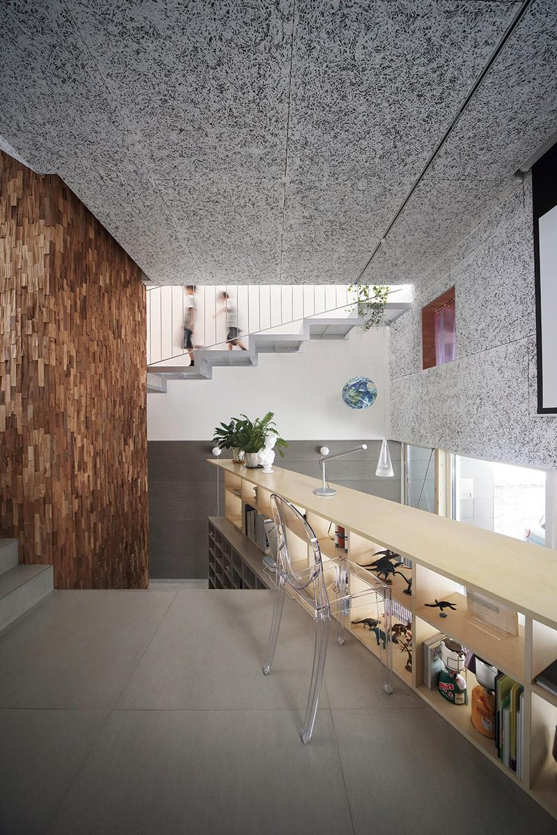 リビングの収納兼デスクは、玄関ホールの目隠しの役割も果たす。家の完成と同時期にテレワーク中心の生活になったMさんは、日中ここで仕事をしているそう