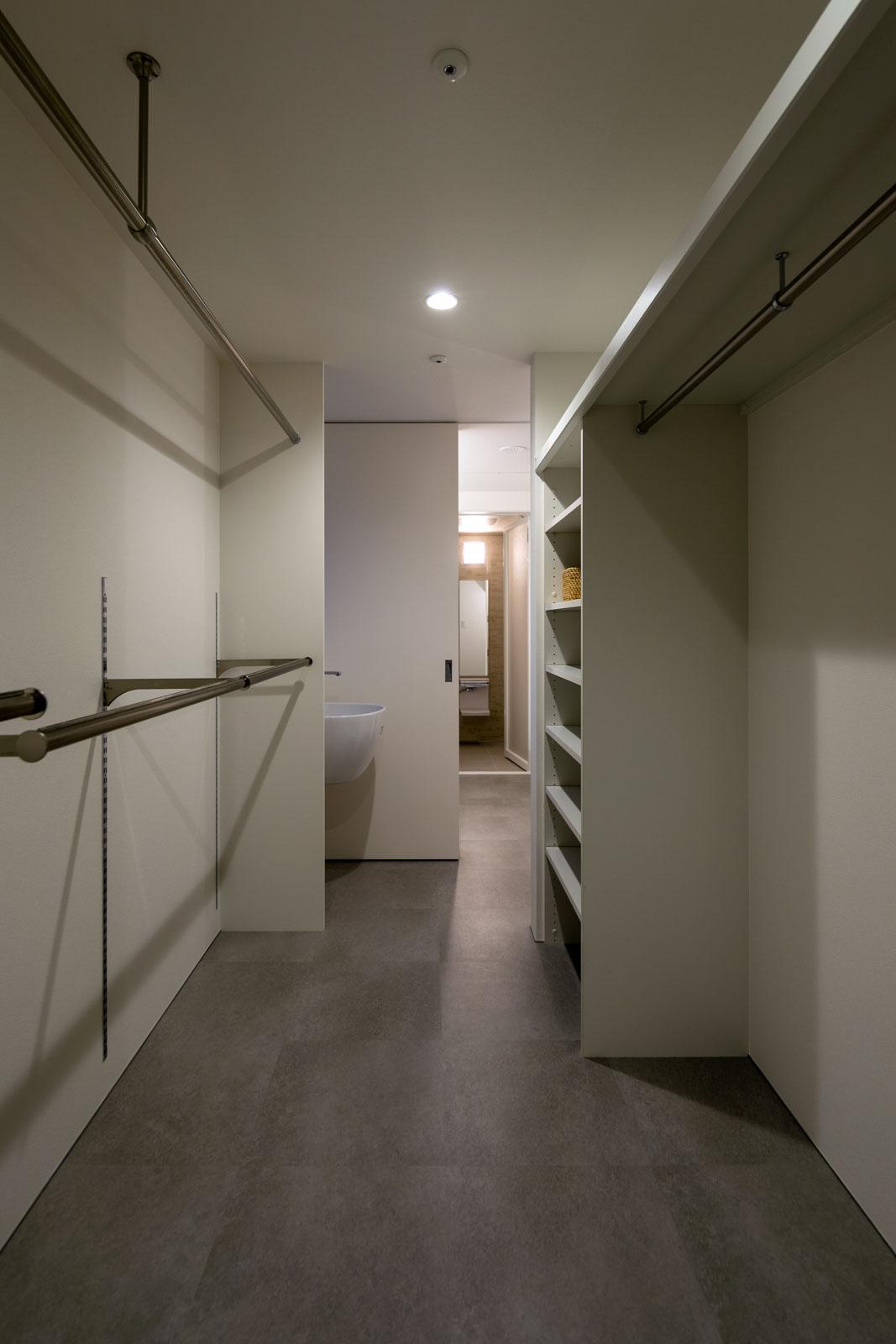 階段に隣接して、ゆとりある広さのユーティリティ、洗面脱衣室、浴室を最短の動線でつないだ水まわり空間が設けられている