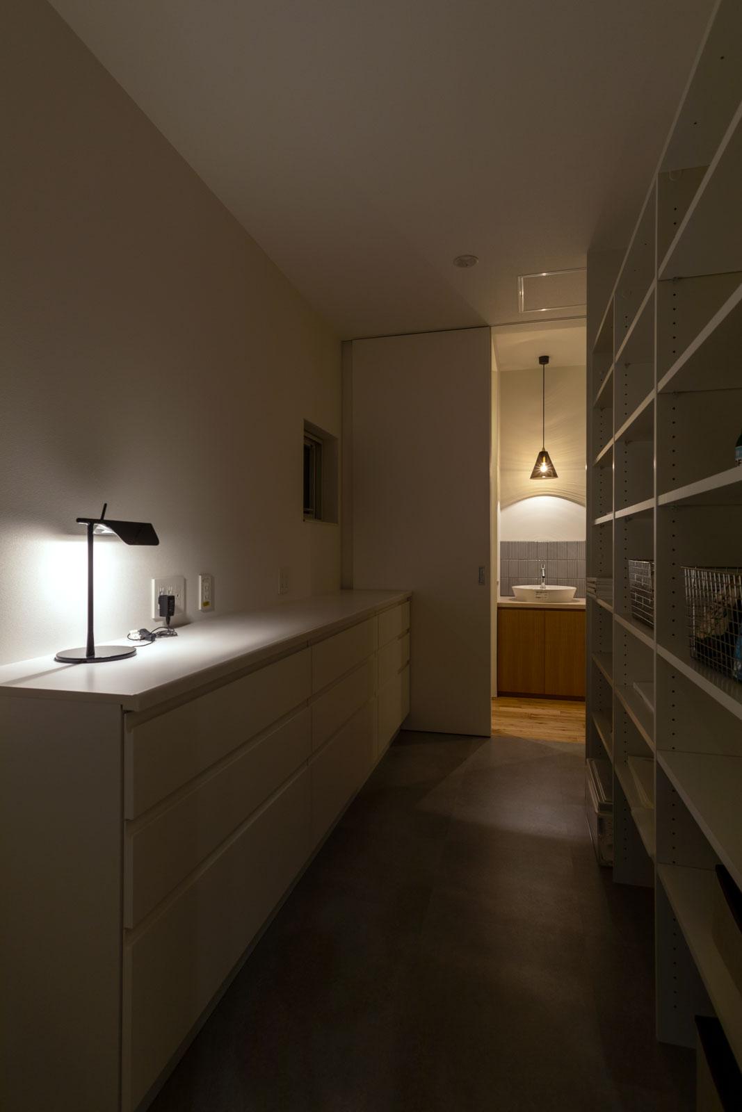 キッチンに隣接して、ストック食材や食器、キッチン用品などをたっぷり収納できる大型のパントリーを設置。階段ホールにもつながる回遊動線を採用