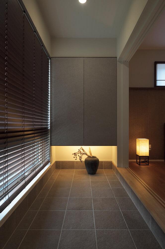 ゆとりを感じさせる贅沢な土間スペース。突き当たりには収納スペースが設けられている。右手には寝室が広がる