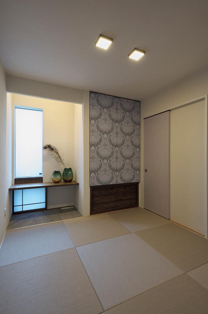 4.5畳のゲストルーム。床の間の造りや吊り押し入れのクロスなどにセンスの良さが光る。吊り押し入れの下部にはエアコンが格納されている