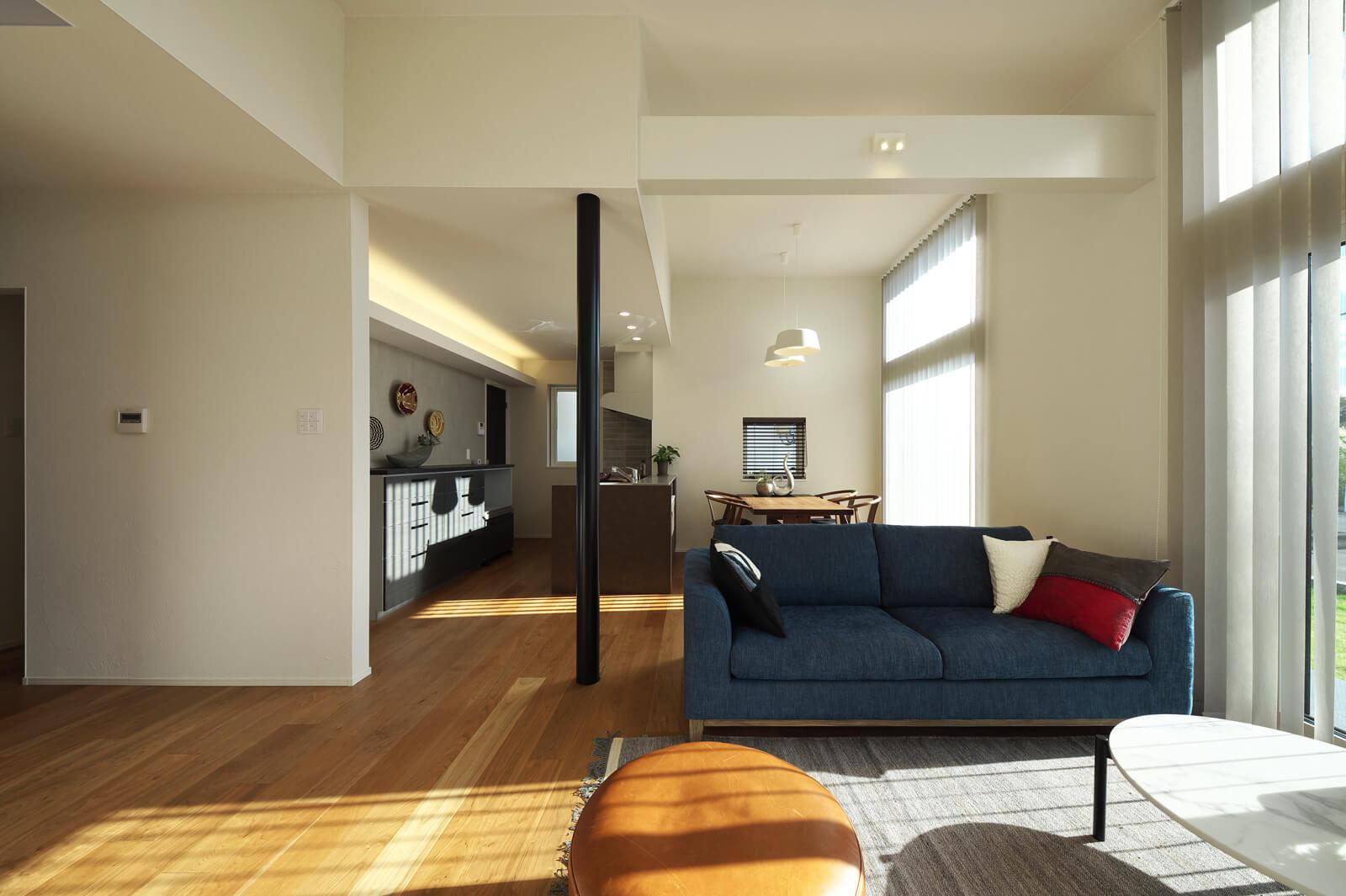実寸よりも広さを感じさせるLDK。ブルーのソファをはじめ、室内を彩る繊細で美しいインテリアも、生活に潤いを与えてくれる