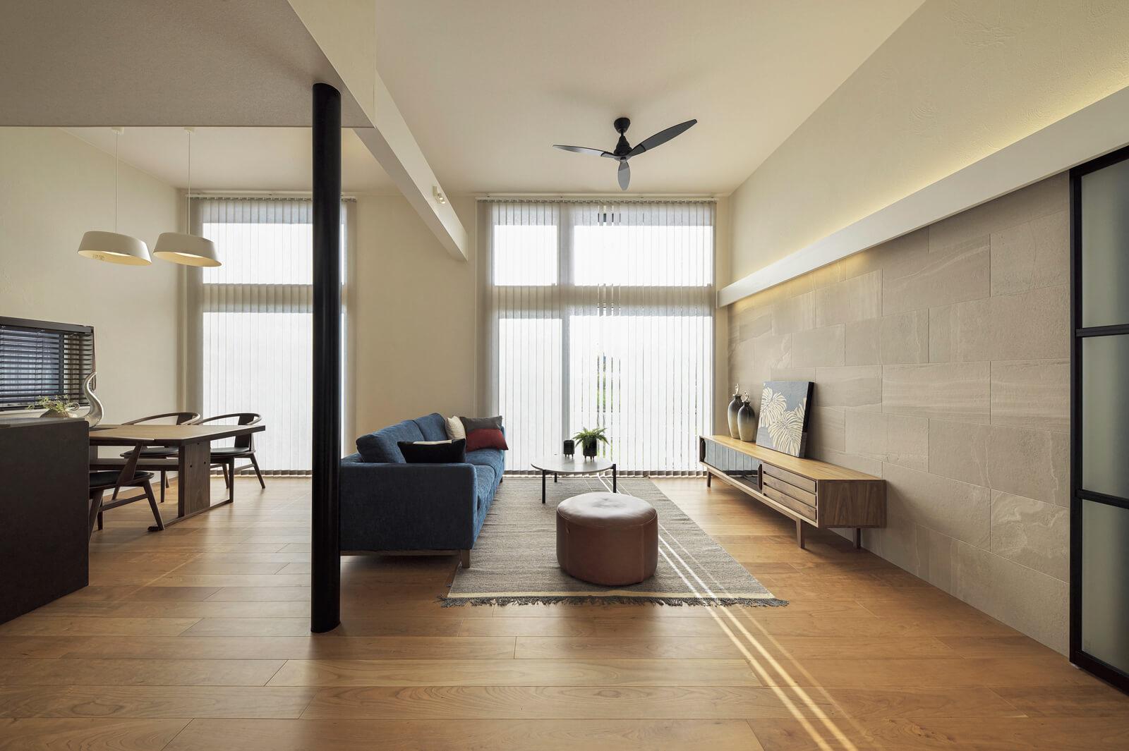 無垢材に珪藻土と自然素材が息づくLDKは、天井高は最大で3.2mもある開放的な空間。天井まで届く大きな2つの窓から外光がふんだんに入り込み、心地よさでいっぱい