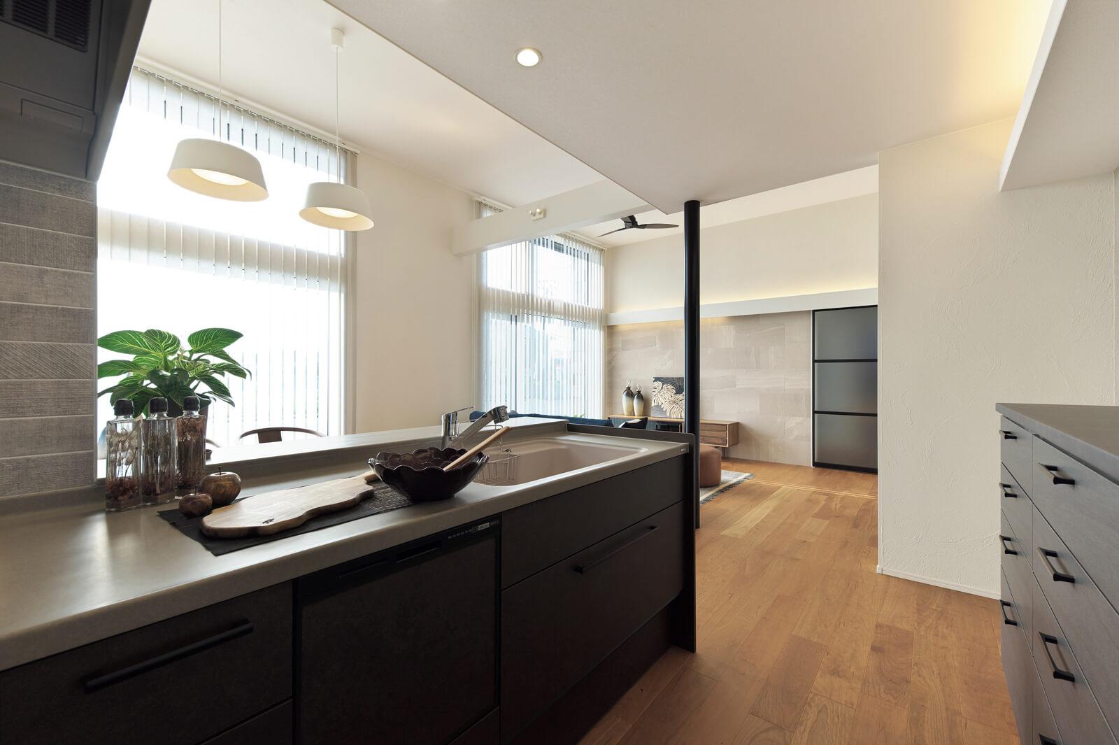 グレートーンで統一されたキッチン。ワークトップには強く美しい人造大理石を使用。思わず触りたくなる滑らかな質感と高い耐久性が魅力