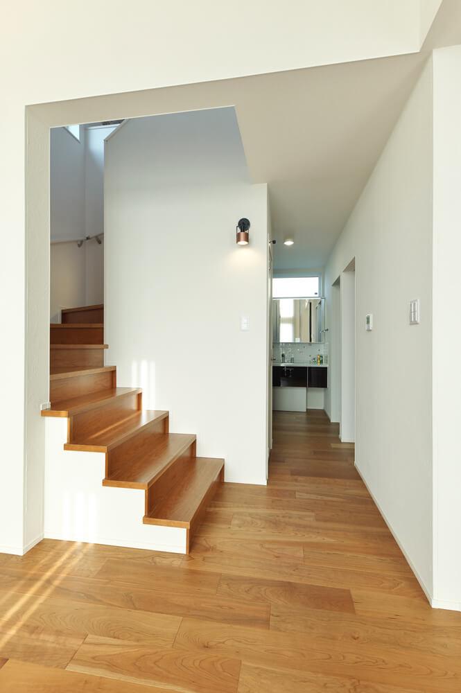 奥には洗面所をレイアウト。脱衣室と分離されていて使い勝手抜群。階段や廊下はリゾート感を意識し、ゆったり幅広に造られている