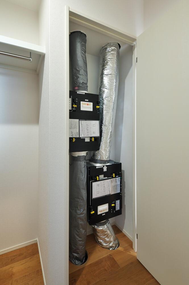 脱衣室隣のウォークインクローゼット内に設けられた電子式空気清浄ユニット。きれいな空気を保ち、家族の健康を守ってくれる