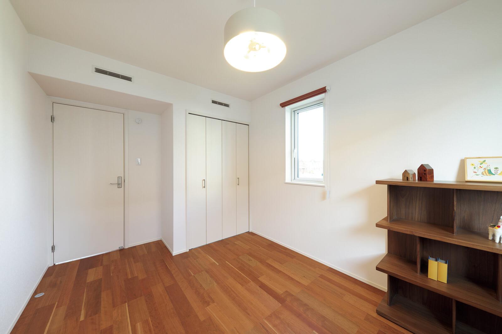 2階洋室。床下で冷暖房された空気は壁内のダクトを通り、ドアの上の給気口から室内へと取り込まれる