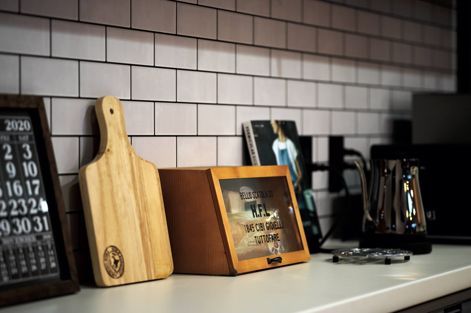 キッチンの前を人が通るので目隠しできるように腰壁は高めに。提案されたキッチン背面のオープン棚がとても使いやすいと奥さん