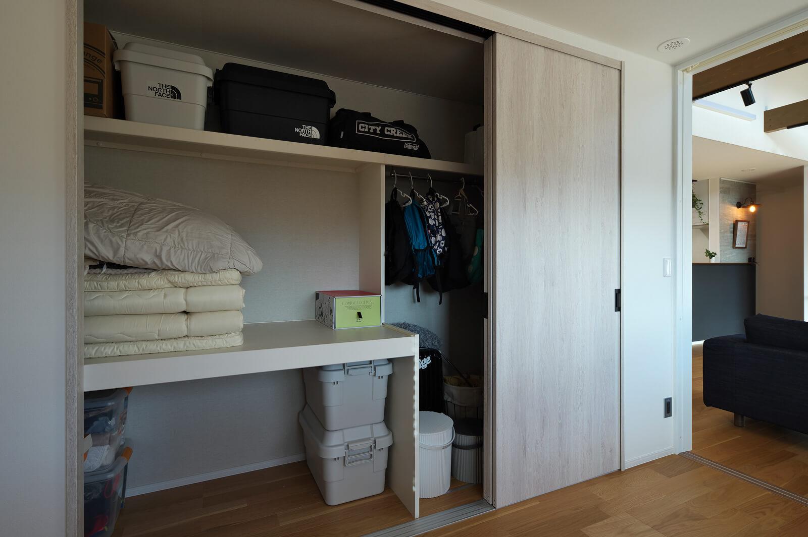 子ども部屋としても使えるように設けた洋室。広いクローゼットは収納のしやすさを考えて棚を造作している