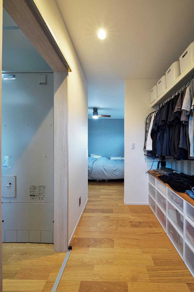 寝室のウォークインクローゼットとユーティリティをつなぐことでトイレへアクセスしやすくなり、洗濯動線も一直線になる