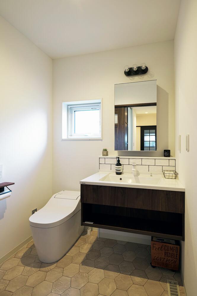 子ども部屋側のトイレには洗面台を設置し、慌ただしい朝の準備もスムーズにできるように配慮した