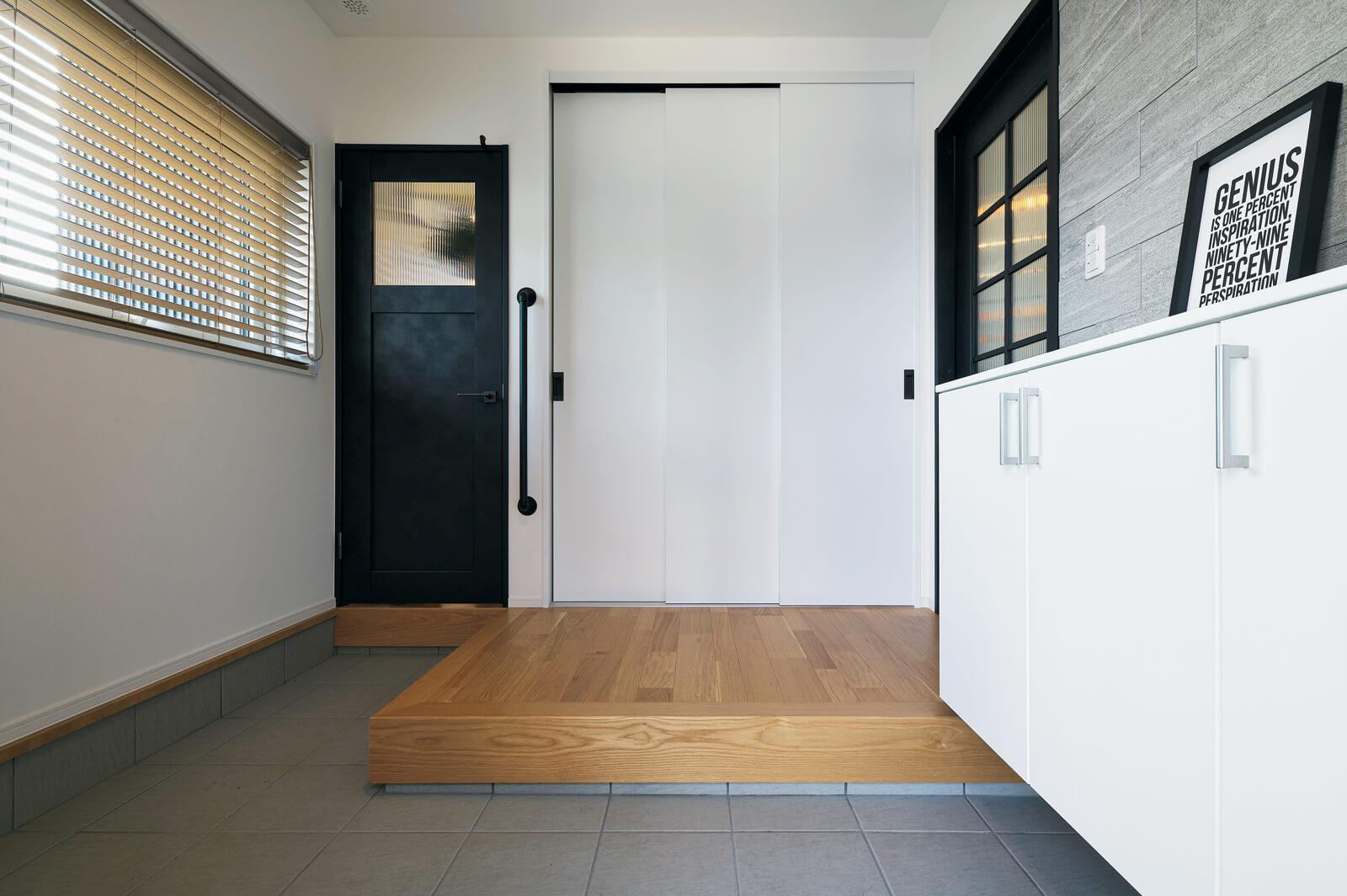 すっきりとした玄関ホール。シューズラックに入れる靴は1人2足ずつと決め、正面の収納に通園通学グッズなどを置いている