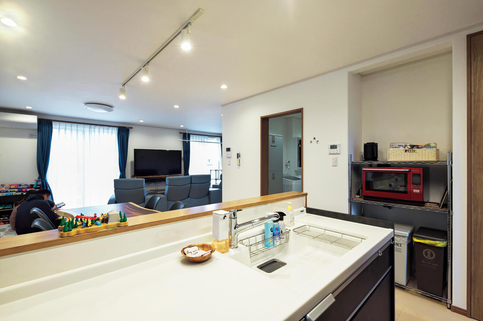 広いリビング・ダイニングが見渡せるキッチンは、水まわりとも隣接していて主婦に優しい動線となっている