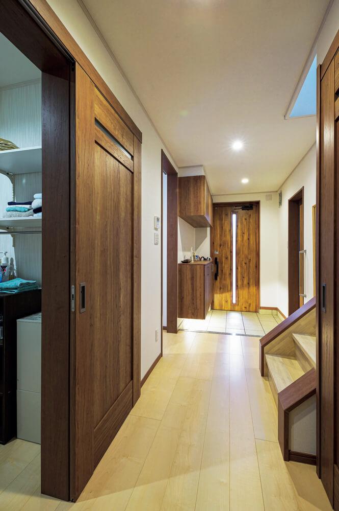 祖父の居室はトイレも浴室も近い配置とし、室内での移動が楽になるように。高い断熱性能のおかげで夏は涼しく、冬は床暖房で暖かいので快適に過ごせる