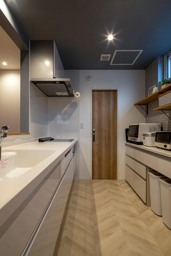 やさしい風合いのヘリンボーン柄の床でキッチンをコーディネート