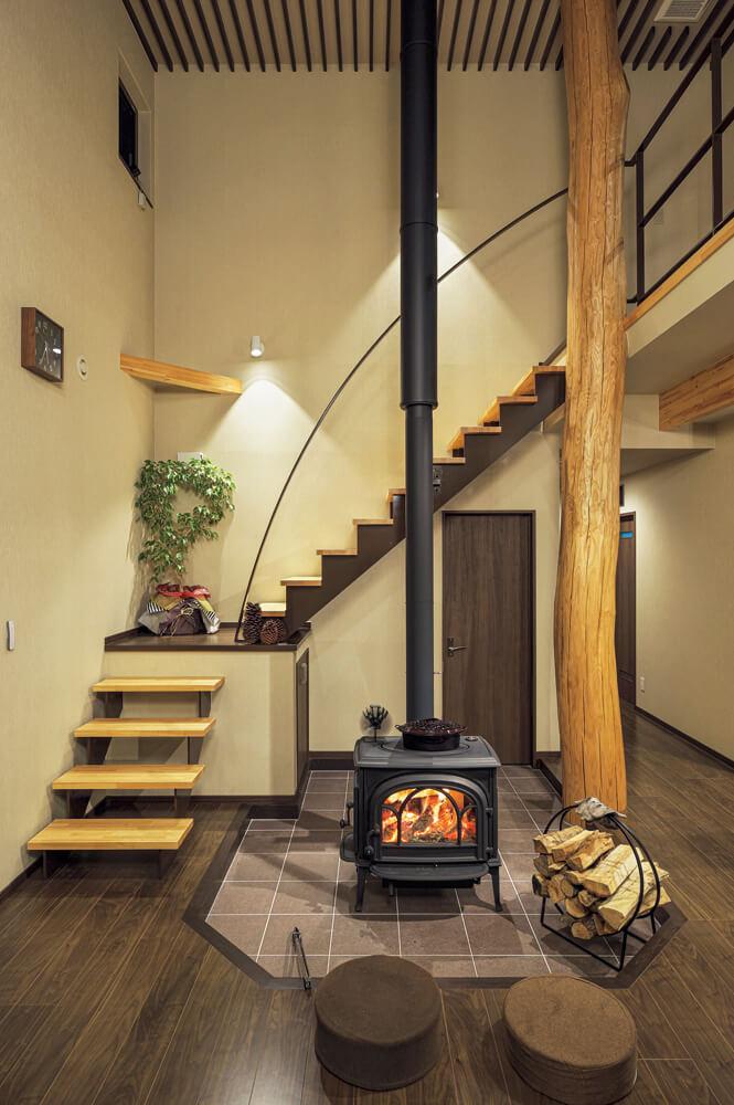 以前から薪ストーブのある暮らしを楽しみたいと思っていまたというSさん。後ろの扉が薪小屋の土間収納につながっているので、薪の補充もスムーズ