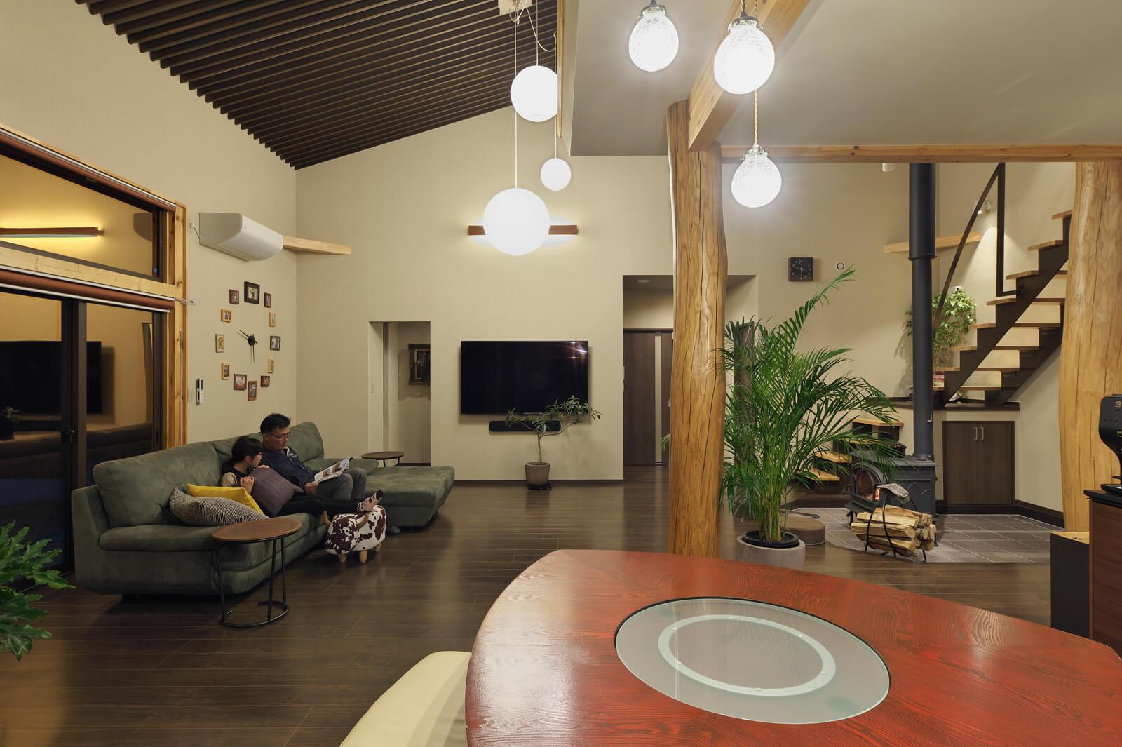 リビングは屋根なり吹き抜けの開放的な空間。きちんとした住宅性能のおかげで大空間でも薪ストーブやエアコンで、十分快適に過ごせる