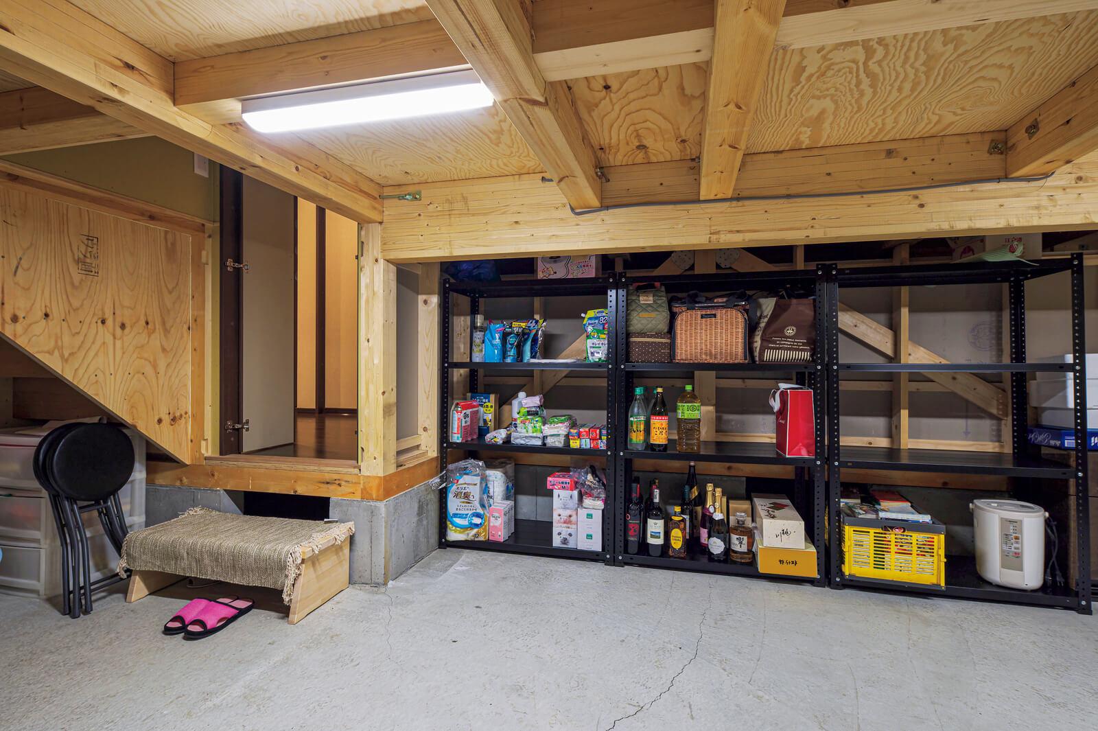 子ども部屋の床を半階分上げて、その下を収納スペースとして活用している。買い置きのストック品など収納できて便利