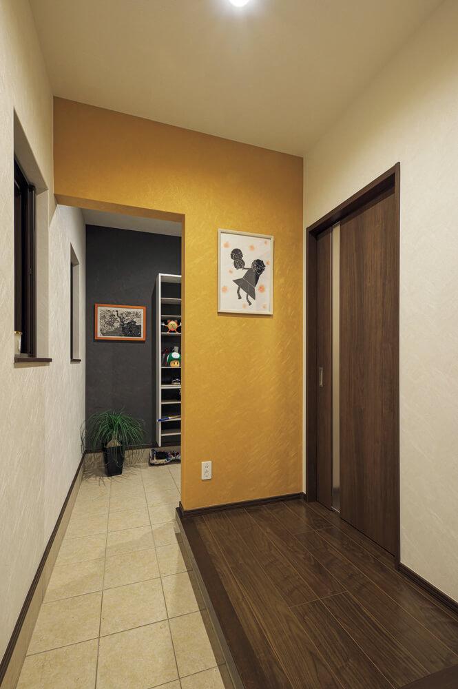 玄関は常にすっきりときれいに保てるよう、来客用と家族用で分けている。奥の家族用玄関には、収納たっぷりのシューズクロークも設置