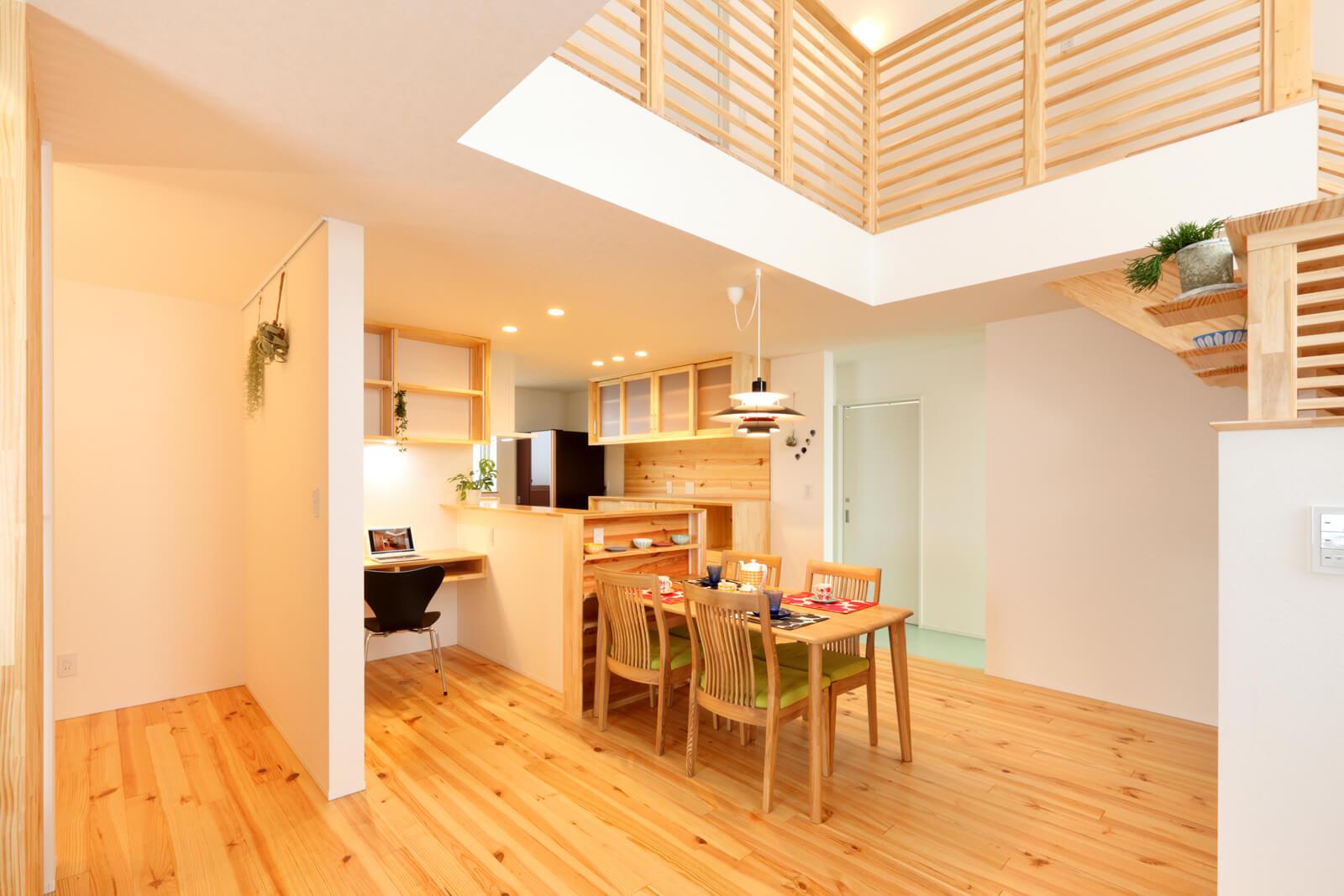 白を基調にしたナチュラルでシンプルな室内。壁の棚やキッチン収納などは現場レベルで調整した。不要と思っていた吹き抜けは、むしろお気に入りの空間に。「明るさも開放感も大好きです。キッチンから2階まで声が届くのもいいですね」とHさん