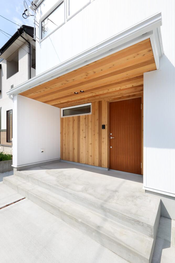 木質感が美しい玄関ポーチ。ワイドな間口と深い庇で雨や雪を気にせず自転車や鉢植えなどを置ける