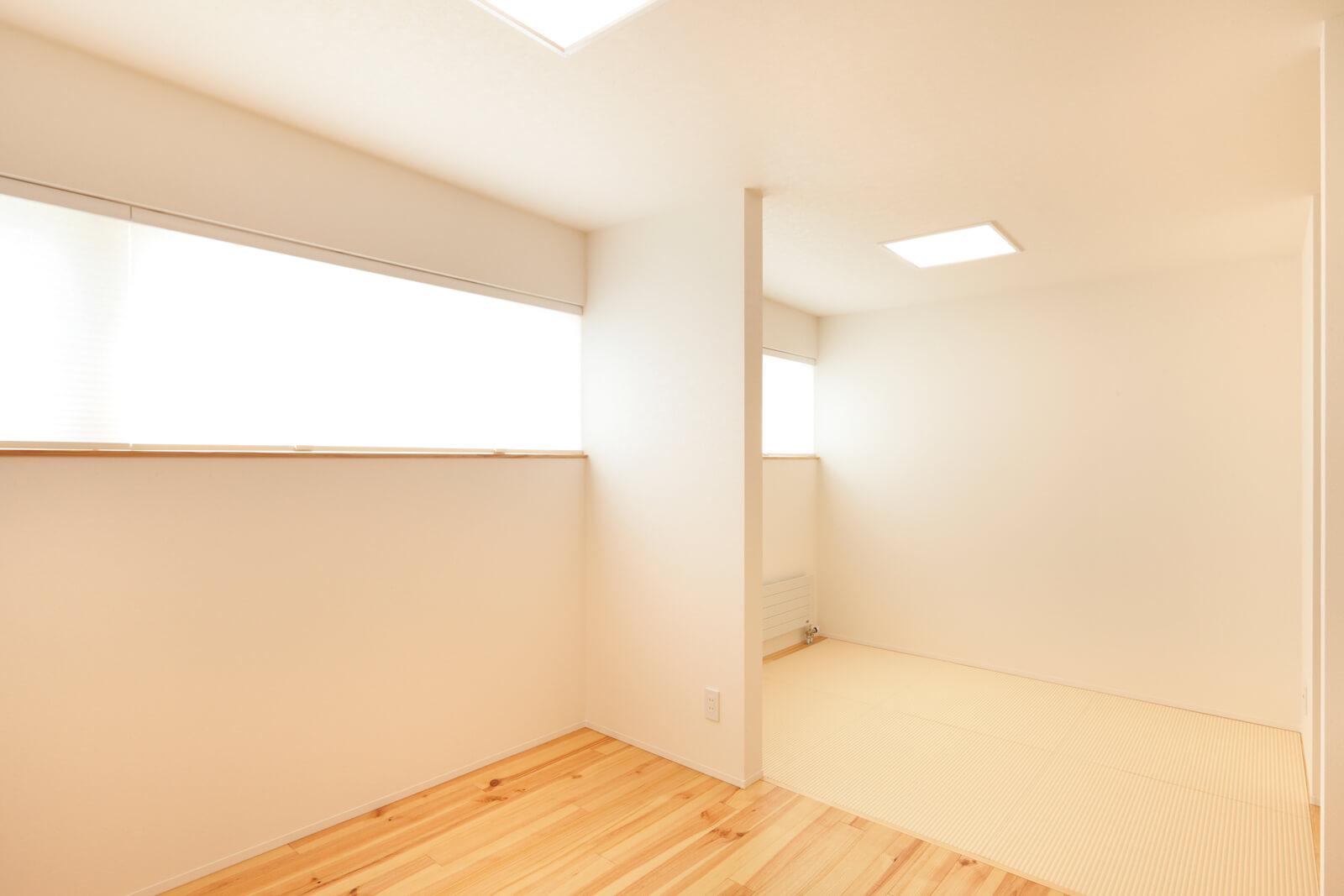 2階の子ども部屋の横には、両親が泊まりに来たときに使えるよう畳スペースが。将来的には間仕切りして個室にすることも想定している。今はまだ子どもたちが小さいので、布団を広々と並べて家族4人一緒に寝ているという