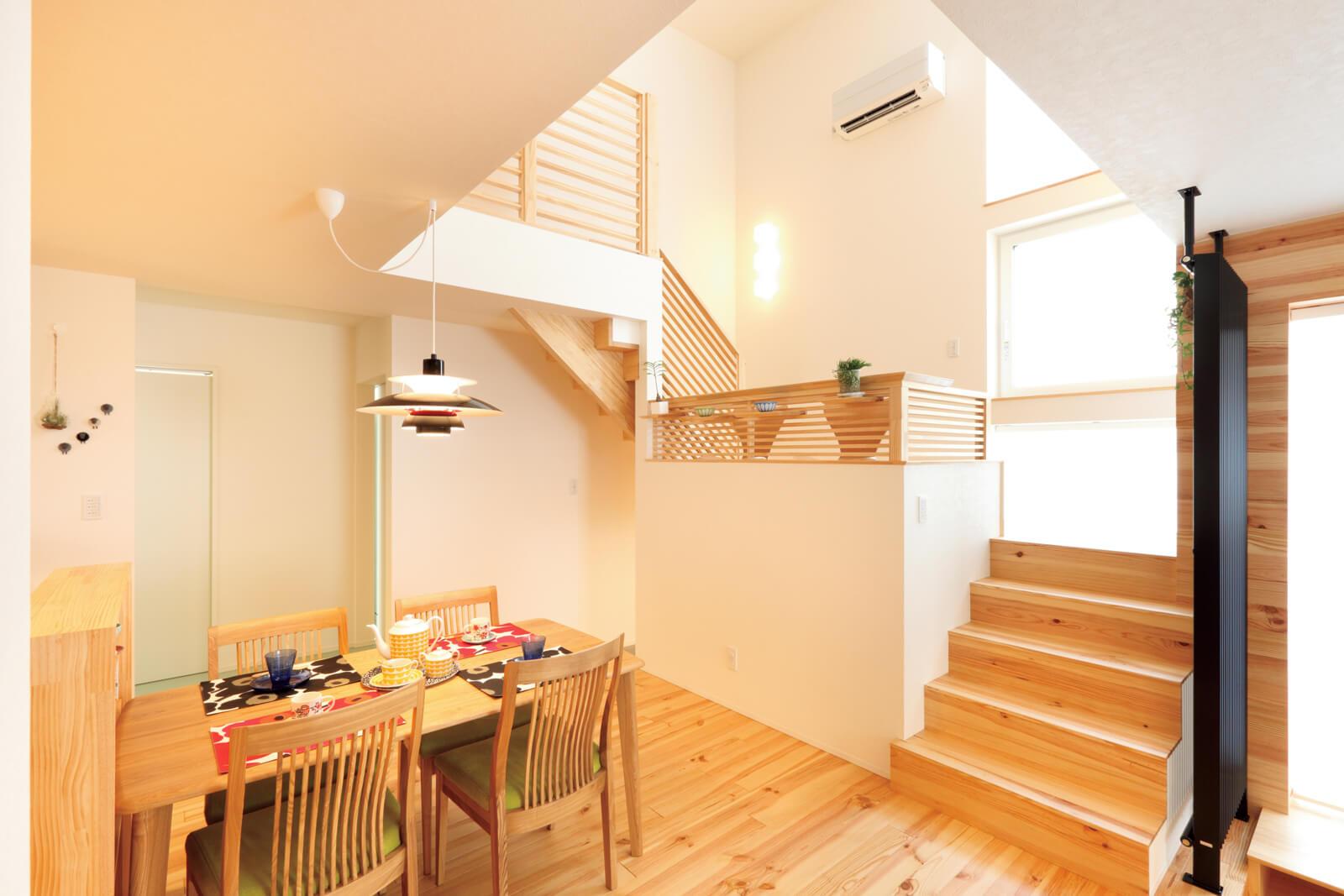 カウンターを造作した踊り場。階段上のホールは、奥に行くほど広くなるよう壁面を斜めに配置して圧迫感を軽減させた