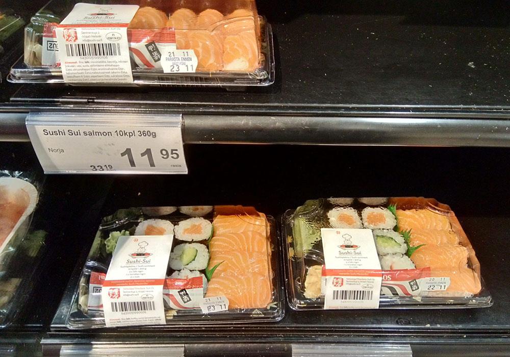 スーパーで売られている折り詰めの寿司セット。メインはやっぱりサーモン