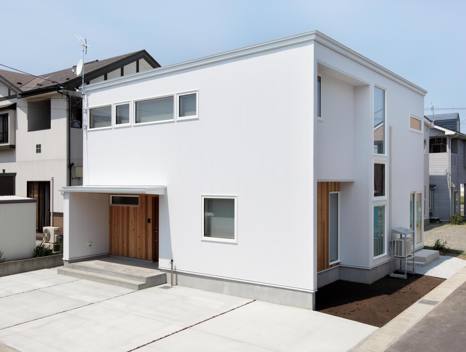 住宅地内の角地に建つHさん宅の外観。キューブ型の白い外観が印象的なシンプルで洗練されたデザイン