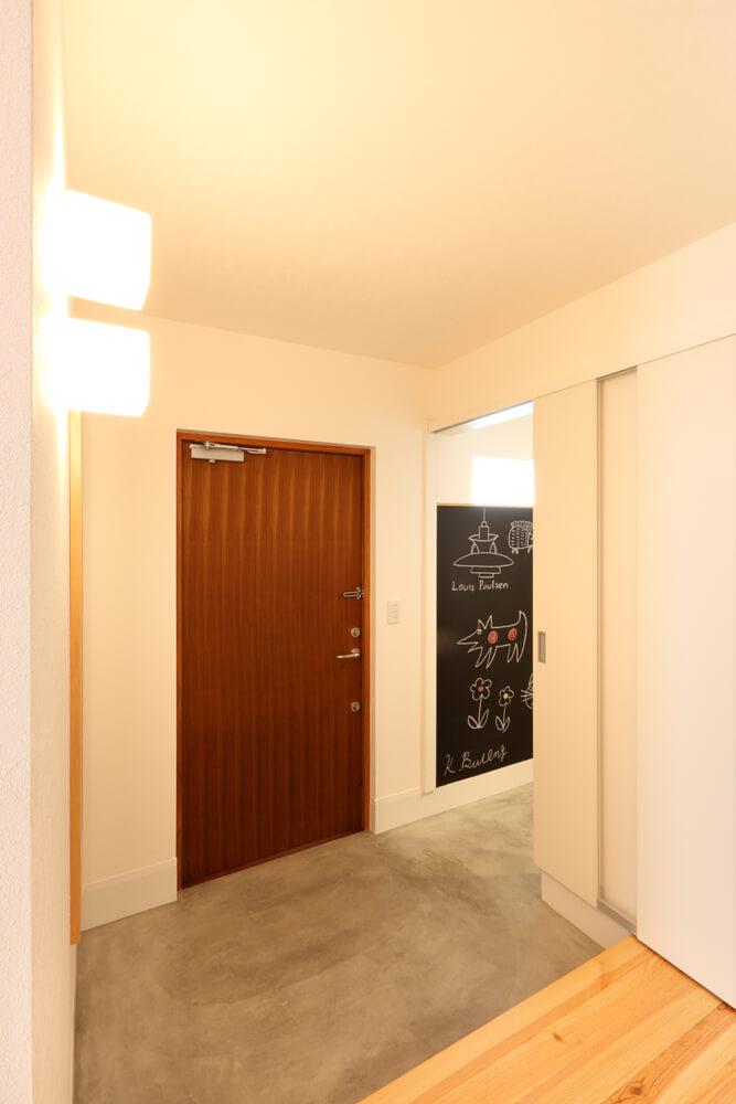 寒い冬も一歩室内に入れば暖かい空気がフワリ。玄関ホールもシューズクロークもゆったりとした広さを確保