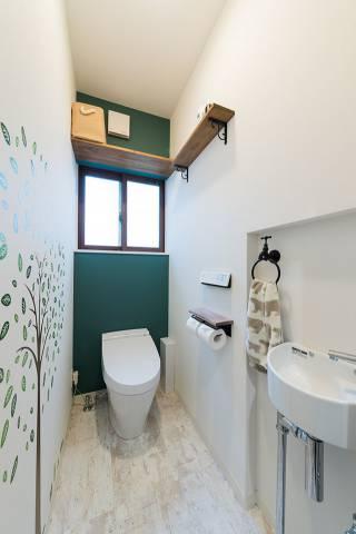 壁厚を利用して手洗い器を設けたコンパクトなトイレ