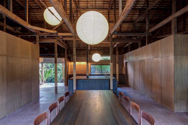 case3 鎌倉/築120年の古民家をゲストハウスに改装。広い空間に大勢で使える4m四方の大きなキッチン台も古材風に加工