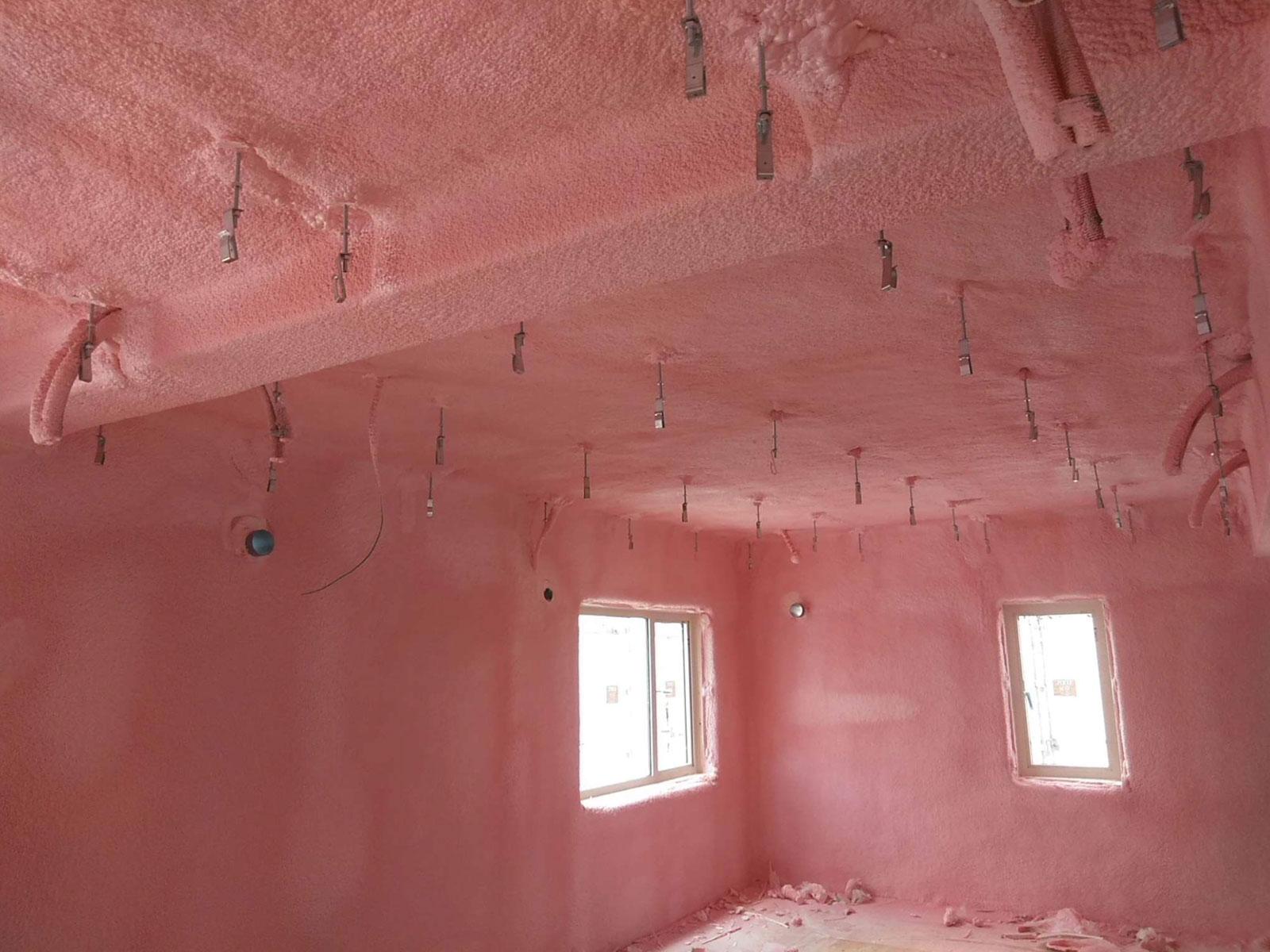 家全体を硬質発泡ウレタンフォームで包み、継ぎ目のない断熱層をつくることで冷暖房効果を高めている