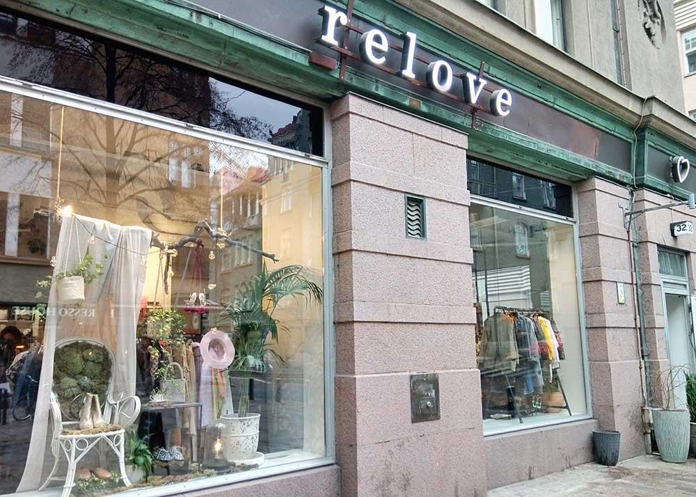 洋服のリサイクルショップ「relove」。ショーウィンドウのディスプレイが目を引く