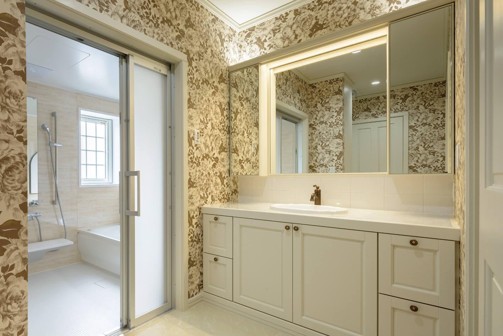 造作仕上げの洗面室。古き良き時代の洋館がそうであったように、適材適所に造作家具をレイアウト。それぞれの用途、配置場所に合わせてデザインから起こした家具はどれも機能性に優れている