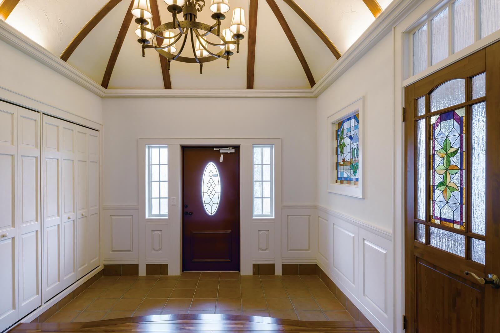 十勝の春と秋をイメージしたステンドグラス、建具や腰壁、モールはすべて、この家のためにデザインされた造作