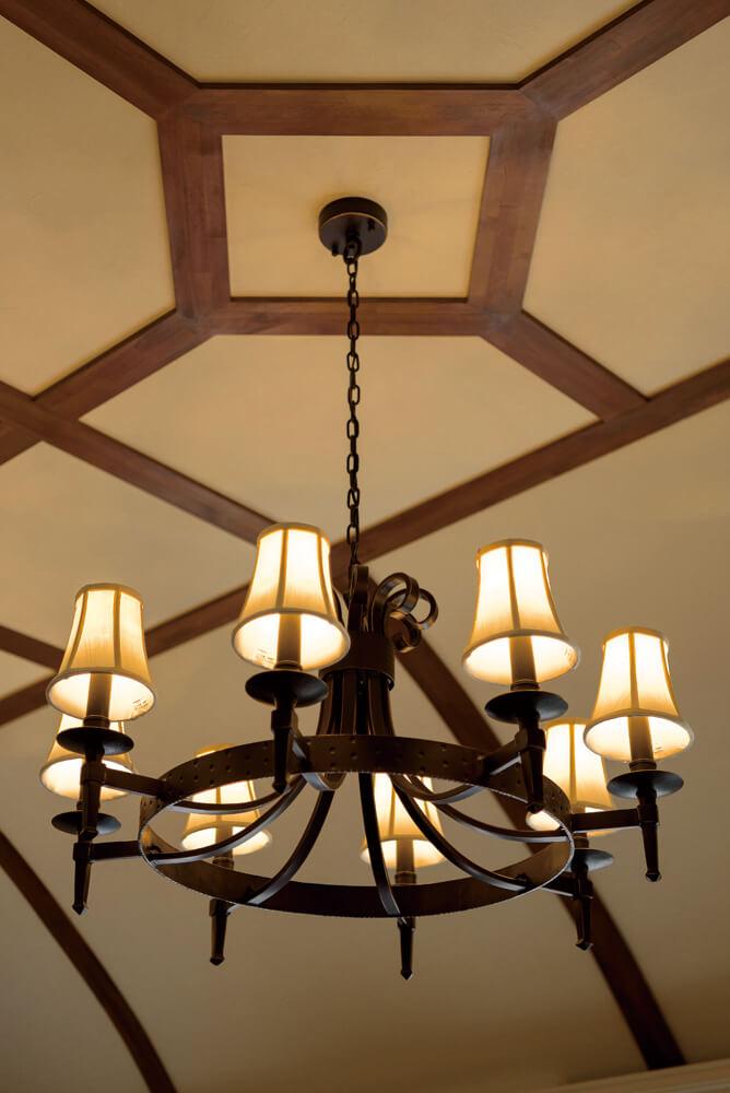 建物のクラシックな趣を演出する装置として、照明器具は海外製品を中心にセレクト