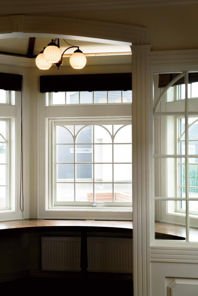 書斎の窓枠は既存の木製サッシを採用しながら、造作でレトロな意匠を加え、統一感をもたせている