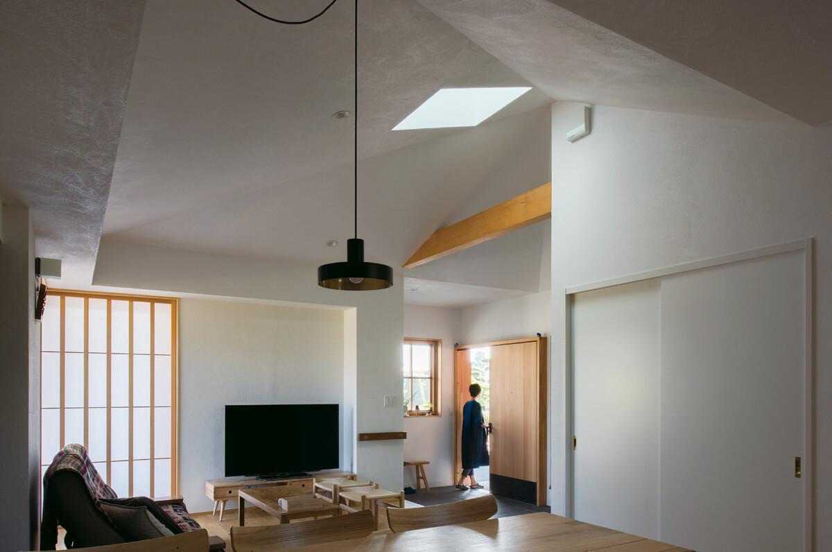 寄棟屋根の形状を生かした室内空間。天窓から優しい光が降り注ぐ