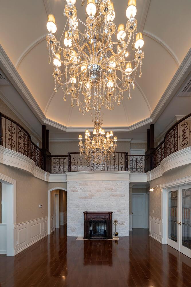 リビングには大理石の壁を配したマントルピースを設置。ウォールナットの床には、床暖房が採用され、冬の寒さ対策も万全