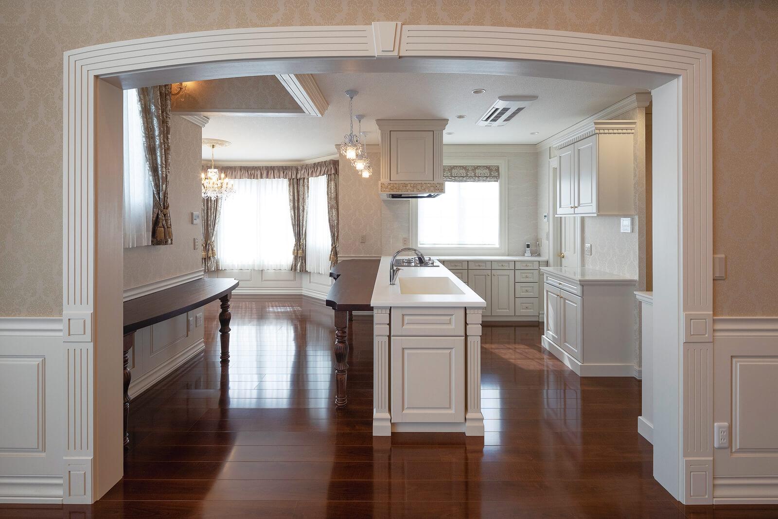 リビングからダイニング・キッチンを見る。出入り口のモールや腰壁も、大工の手仕事。効率優先ではないモノづくりの姿勢が、空間性をより高めている