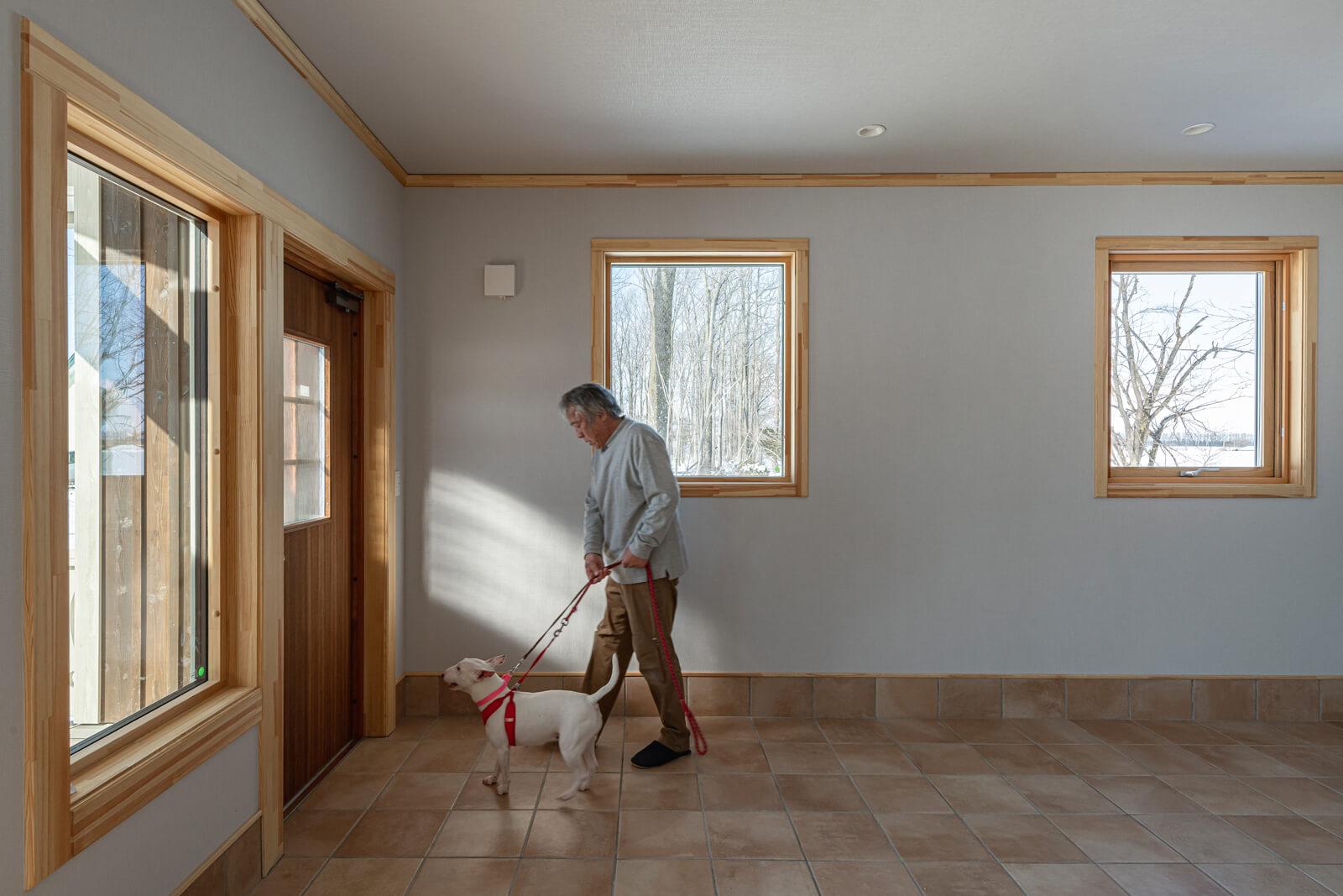 玄関を開けると、3匹の愛犬のために設えた広々とした土間空間がある。今後はその一部を利用して、Aさんの趣味室として活用する予定