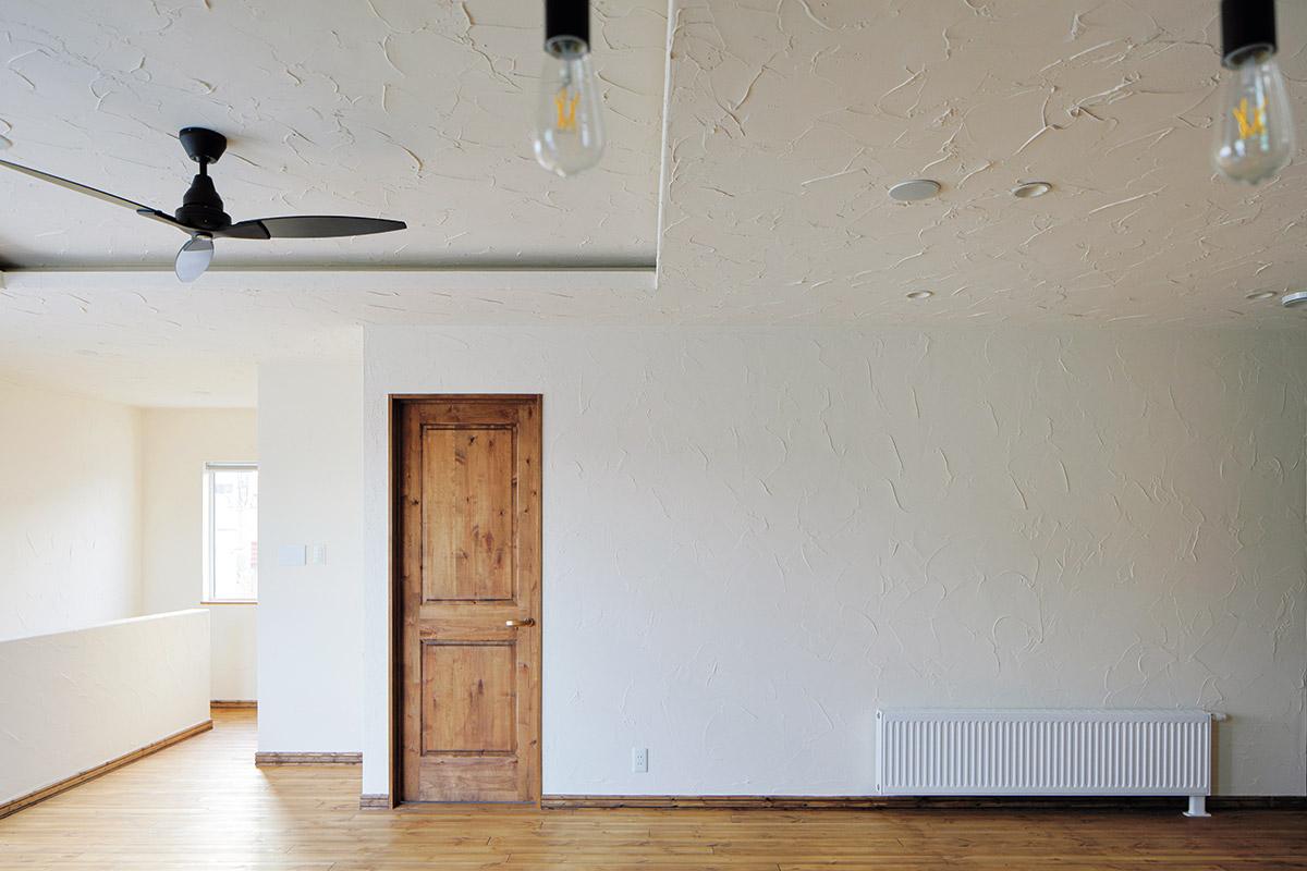 リビングから直接、洋室や主寝室につながる間取り。天井の段差をつけて間接照明を設えた