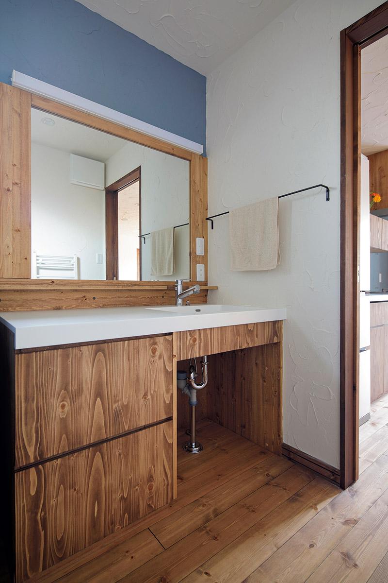 1200㎜幅の広い造作洗面台に合わせた1000㎜幅の鏡。キッチン同様、木目が美しく合う丁寧な仕事が伝わる