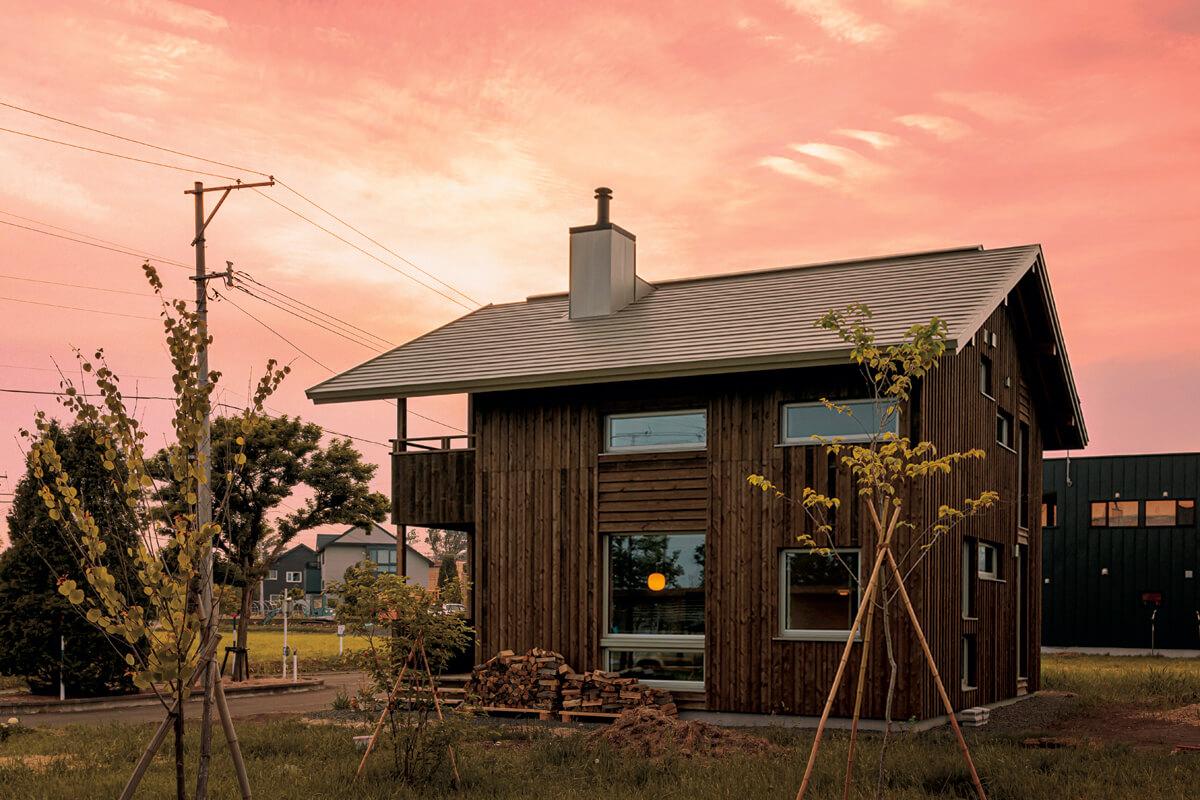 南幌町「みどり野きた住まいるヴィレッジ」プロジェクトに参画し、札幌の建築家、櫻井百子さんとの協働で完成した個人住宅。木組みの美しさが生きる住まいが子育て世代の注目を集め、同ヴィレッジ内で4棟の住宅を手がけている