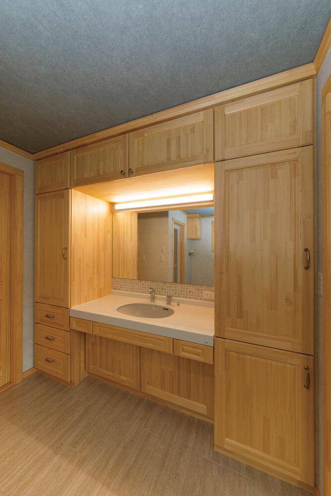 パイン材の造作収納を組み込んだ洗面台には、さりげなくタイルのアクセントを