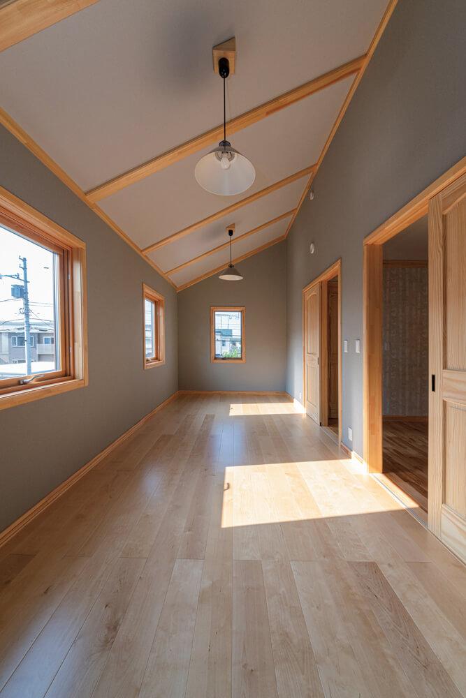 2つに仕切って子ども部屋にするほか、オーディオルームやアトリエなど、夫婦の趣味空間としても活用できる使い方自由な2階洋室