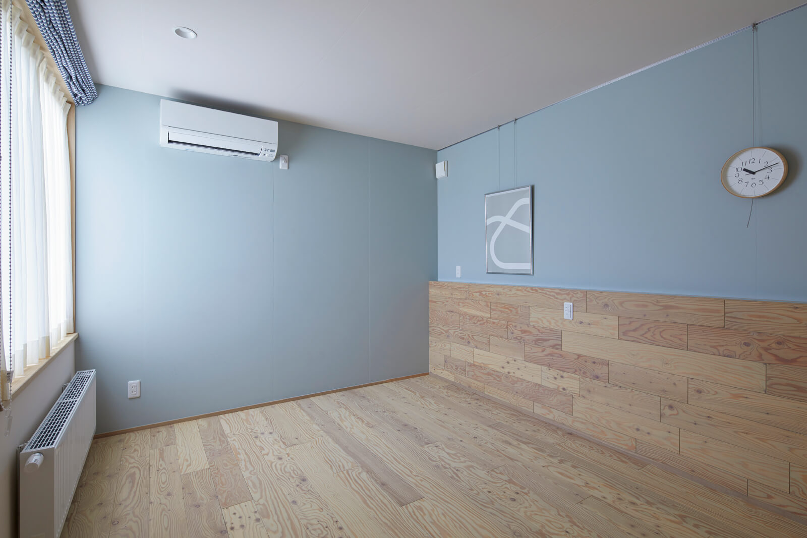2階の寝室は無垢材の腰壁が印象的。子どもの成長に合わせて、ゆくゆくはベッドを置く予定